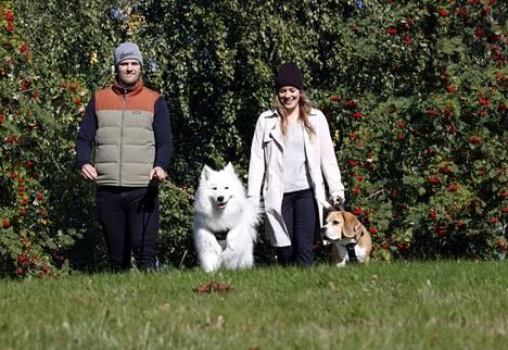 Porista löytyy runsaasti hyviä ulkoilupaikkoja, joissa Jarno Kärki ja Katri Salonen pääsevät ulkoiluttamaan koiriaan vapaasti.