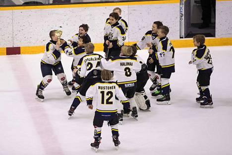 BJR 4 -joukkue voitti Särkänniemi-turnauksen AAA-sarjan Tesoman jäähallissa.