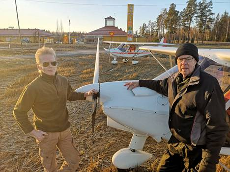 Pekka Siura (vasemmalla) ja Sauli Vainio laskeutuivat lentokoneillaan Kiikoisten ABC:n viereiselle pellolle. Viime viikon tiistaina pelto oli sopivan jäinen ja lentokeli aurinkoinen.