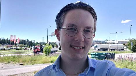 Evert Grönblom on käynyt opintiensä Raisiossa. Nyt hän on töissä raisiolaisessa autoliikkeessä.