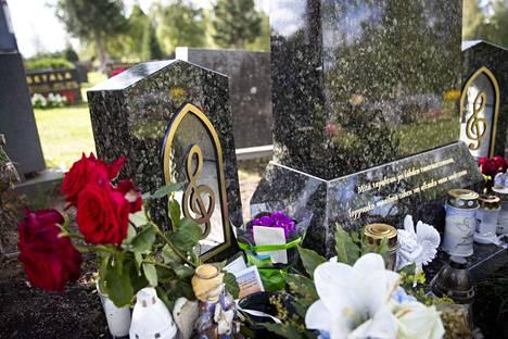 Olli Lindholmin haudalla on kukkia ja pieniä esineitä. Hautakivi tuotiin paikalleen tiistaina.