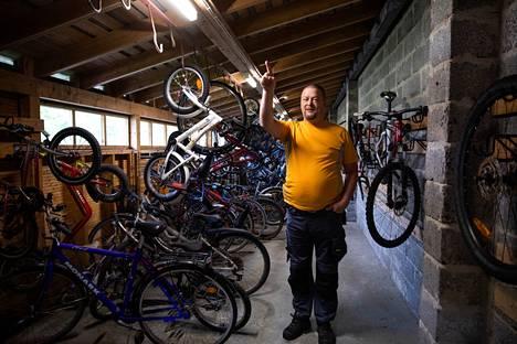 """""""Minulla on tekninen tapa tarkastella kaikkea"""", Nico Leokratis kertoo. Muutama vuosi sitten muun muassa taloyhtiön pyörävarasto sai hänen aloitteestaan energiaa säästävät led-valot."""