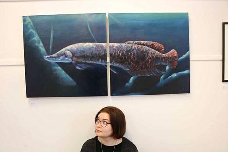 Amazonin joissa uiskenteleva arapaima on yksi maailman suurimmista makean veden kaloista. Aino Rytkönen kohtaa taiteessaan suurimman pelkonsa – veden ja kaiken siellä elävän.