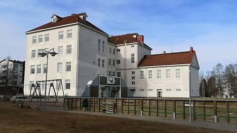 Kirjoittaja ottaa kantaa muun muassa koulujen lopettamiseen Sastamalassa. Kuvassa Marttilan koulu Sastamalan keskustassa.