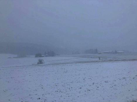 Pelto peittyi lumeen Nokian Sarkolassa keskiviikkoaamuna.