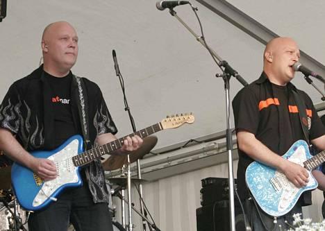 Taivalkunta Beatin soolokitarassa Vesa  Pokkinen (vas.) ja laulussa Juha Pokkinen Tapsan Tahdeilla 2007.