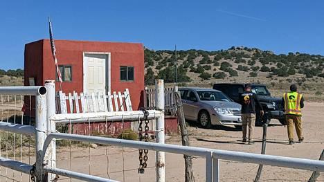 Rust -lännenelokuvaa kuvatessa erämaassa Santa Fen lähistöllä sattuneessa vahingossa kuvaaja kuoli vahinkolaukaukseen, jonka ampui näyttelijä Alec Baldwin.