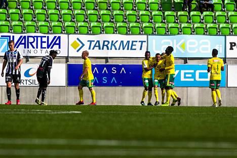 Raitapaitanen VPS jahtaa edelleen kauden avausvoittoaan Veikkausliigassa. Kuvassa maalia juhlii Ilves.