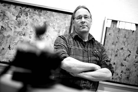 Kuvataiteilija Esko Railo Poriginal-galleriassa.