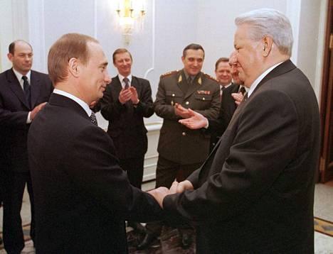Presidentti Boris Jeltsin ilmoitti erostaan uudenvuoden aattona 1999. Pääministeri Vladimir Putinista tuli aluksi vt. presidentti maaliskuuhun saakka. Kremlissä pidettiin pienen piirin vallanvaihdosjuhla, johon osallistuivat ainakin Putinin luottohenkilö Sergei Ivanov ja eräät ministereistä.