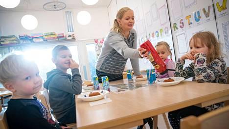 Vuonna 2018 otetussa kuvassa varhaiskasvatusopettaja Jaana Hakala laittaa ketsuppia Vilja Niemiselle. Muut pöydässä istuvat lapset ovat Jerry Viitanen, Kalle Elohaka, ja Lilja Lumme. Kuva on otettu päiväkoti Pörriäisessä Toejoella.