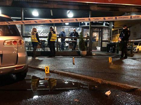 Poliisi merkitsi maahan ravintolan edustalle neljä kohdetta.