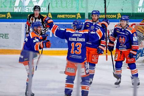 Teemu Suhonen (vas.) onnistui maalinteossa ja riemuun liittyivät Valtteri Kemiläinen, Jukka Peltola ja Otto Rauhala.