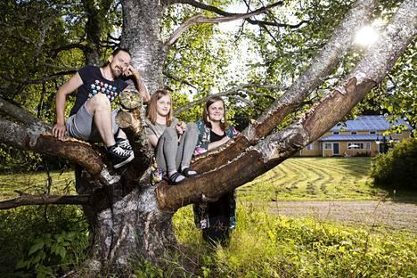 Ajatus maalle muuttamisesta syntyi, kun Tero Autero sai töitä Ruovedeltä. Päätös lähteä Tampereelta oli kuitenkin koko perheen yhteinen. Kymmenenvuotiaan Signe Auteron sai houkuteltua uuteen kotiin koirien, lampaiden ja kanojen avulla. Pia Autero on rakastanut maaseutua aina.