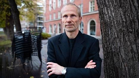 Professori Pekka Nuorti sanoo, että koronatilanne voi muuttua nopeasti, kun virusta on paljon liikkeellä, ja vielä toistaiseksi rajoituksilla on suurempi merkitys kuin rokotteilla.
