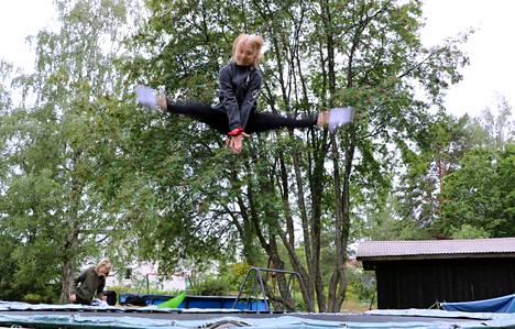 Viivi Perälä ponnistaa trampoliinilla korkealle.