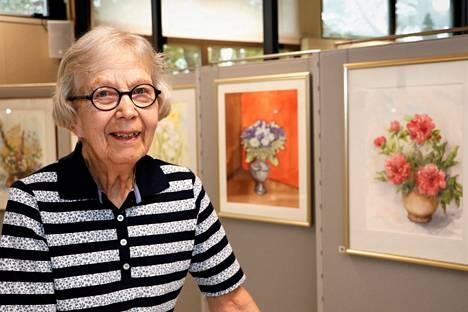 Hanna Mättö valitsi Kokemäellä nähtävään näyttelyyn ainoastaan kukkia. Niitä hän on maalannut jo kolme vuosikymmentä.