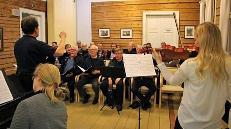 Kirjoittajan mukaan Koivuniemi tulisi säilyttää kaupungin omistamana. Sen ensimmäiseen kerrokseen saisi musiikillisen alueen ja toinen kerros sopisi Autere-opiston käyttöön.