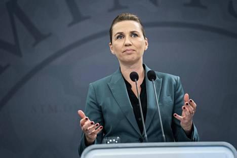 Tanskan pääministeri Mette Frederiksen kertoi hallituksen valmistelevan suunnitelmia koronarajoitteiden purkamiseksi maanantaina tiedostustilaisuudessa Kööpenhaminassa.