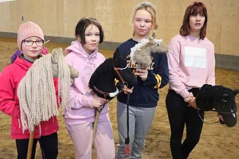 Maija Muhonen, Karoliina Kallio, Erika Kaura-Aho sekä Juulia Yli-Yrjänäinen kisojen jälkitunnelmissa. Karoliina on valmistanut oman keppihevosensa lisäksi myös Maijan ja Erikan kepparit.
