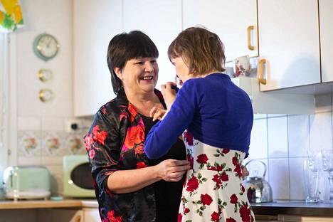 Heli Mustosen ja Hannan yhteinen hetki omassa keittiössä.