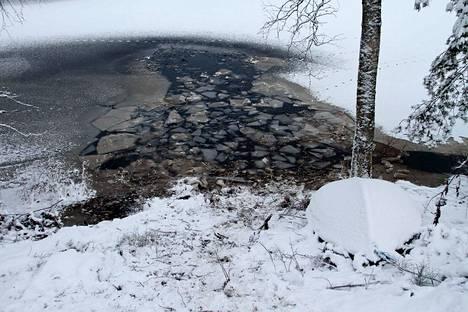 Avantoon johtivat kolmen hiehon jäljet, mutta yksi oli kääntynyt viime hetkellä pois. Avantoa on suurennettu, jotta jään alla hukkuneena löydetty hieho saatiin nostettua pois vedestä.