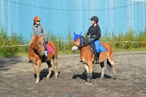 Sara Marttunen (vas.) ja Saaga Tanhuanpää osallistuivat juniorikilpailuihin.