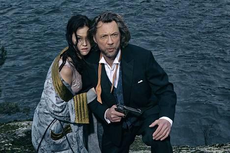 Hekö suutelevat Agatha Christien murhamysteerissä? Kuvassa näyttelijät Pia Piltz ja Antti Reini. Jotta juonesta ei paljastettaisi liikaa, teatterilta kielletään kertomasta, ketkä esityksessä suutelevat.