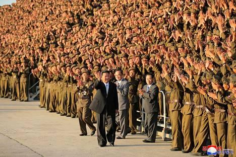Pohjois-Korean johtaja Kim Jong Un tervehtii asevoimia maan perustamisen 73-vuotisjuhlapäivänä Pyongyangissa 9. syyskuuta 2021.