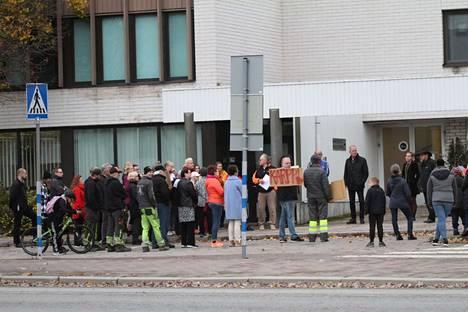 Hirsilän ja Karpinlahden koulujen vanhemmat vastustivat mielenosoituksella koulujen lakkautuksia viime perjantaina Oriveden kaupungintalon edustalla.