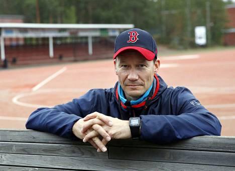Kankaanpään Mailan juniorivalmentaja Mika Peltonen on itse rauhallinen mies, mutta tietää, että pesäpallo menee tunteisiin. Junioripeleissä etenkin tuomarit ja lukkarit saattavat saada kovaa tekstiä niskaansa.