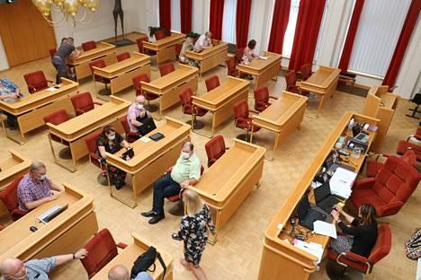 Tämä valtuustokauden viimeinen valtuuston kokous pidettiin maanantaina. Puolueet aloittivat kokouksen jälkeen neuvottelut uusien luottamuselinten paikoista.
