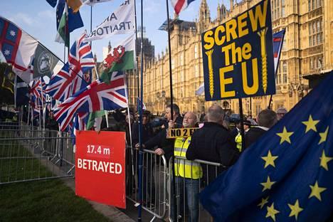 Brexit on jakanut Britannian kahtia. Se on käynyt hyvin selväksi myös parlamentin alahuoneen loputtomalta tuntuvissa äänestysrumbissa. Kuvassa brexitin kannattajia Lontoossa.