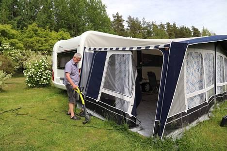 Naantalilainen karavaanari Pertti Tilus nauttii Luonnonmaan Kirstilässä sijaitsevan Villan tilan luonnosta ja rauhasta.