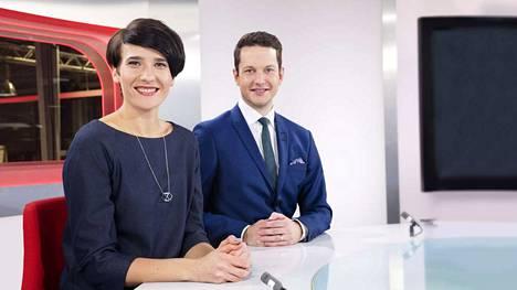 MTV3:n uutisankkuri Aino Huilaja päätti irtisanoutua ja muuttaa elämänsä pakettiautoon. Rohkean ratkaisun tehneestä Huilajasta tuli kuuluisa uutisankkuri vasta sen jälkeen, kun hän päätti lopettaa tv-työnsä. Kuvassa mukana myös uutisankkuri Jaakko Loikkanen.
