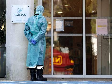 Ranskalainen palomies seisoo Korian-yrityksen vanhainkodin edessä Etelä-Ranskassa. Viimeisimpien tietojen mukaan yrityksen vanhainkodeissa on kuollut 25 ihmistä koronaviruspandemian aikana.
