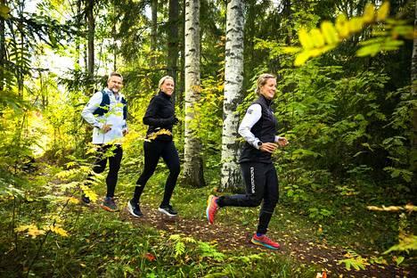 Kaisa Virtanen (oik.) ja Reima Mäkiranta ovat jo kokeneita polkujuoksijoita. Johanna Keränen on vasta taipaleensa alussa.