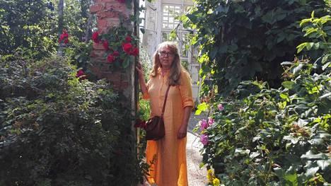 Anne Ulma-Jokikunnas kaipaa Lyylinpuistoon lisää istutuksia. Kuva on viime kesältä ystävien puutarhasta.
