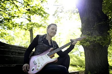 Kitaristi Erja Lyytinen esiintyy Kirjurinluodon jättiterassilla 10. heinäkuuta.