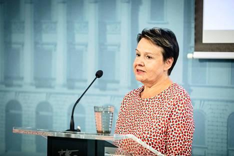 STM:n kansliapäällikkö Kirsi Varhila muistuttaa, että kaikilla alueilla ensisijaisia ovat nyt maski- ja etätyösuositus. Arkistokuva.