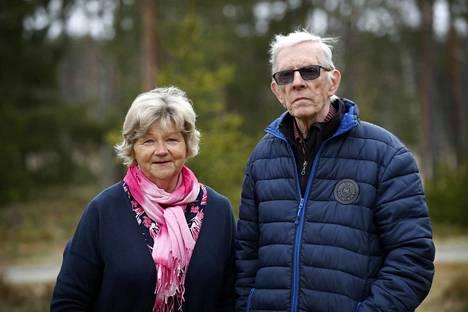Porilaiset Marja ja Markku Nurmi haluasivat jo nähdä muitakin naamoja kuin toistensa kasvot, mutta ovat onnellisia siitä, että näinä aikoina ei tarvitse elää yksinään.
