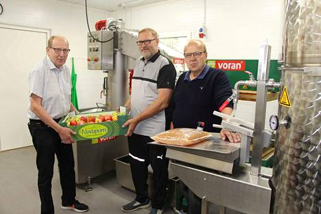 –Rytkiön Riistavajalla ovat menossa mehustuslaitteiden testiajot ja mehustamo on valmis, kun kesän omenasato kypsyy, kertovat Mikko Linna, Arto Linna ja  Perttu Linna Rytkiön Riistavaja -osuuskunnasta.