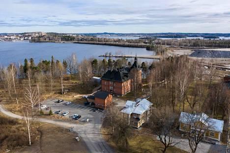Lielahden kartanon ympäristö teollisuusrakennuksineen on uuden Hiedanrannan kaupunginosan ydin.