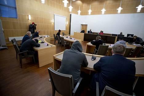 Neljä syytettyä peitteli kasvojaan, kun seksuaalirikosvyyhdin oikeudenkäynti alkoi tiistaiaamuna Etelä-Pohjanmaan käräjäoikeudessa. Tiedotusvälineet määrättiin ulos oikeudenkäynnistä pian sen alettua, koska koko oikeuskäsittely käydään suljetuin ovin.