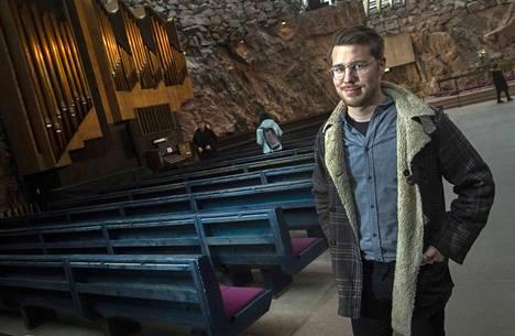 Baritoni Aarne Pelkonen on jättänyt herätysliikkeen mutta suhtautuu myönteisesti kirkkoon ja kristillisyyteen. Useampi hänen oopperarooleistaankin liittyy kristilliseen aihepiiriin.