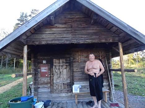 Pentti Tuohimaa otti kesällä 2018 löylyt kummisaunassaan Jämsän Juokslahden saunakylässä.
