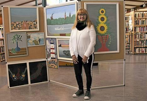 Jurihetta Esterhuizen on koonnut maalauksistaan pienen näyttelyn Keuruun kirjastoon. Se on nähtävillä huhtikuun ajan.