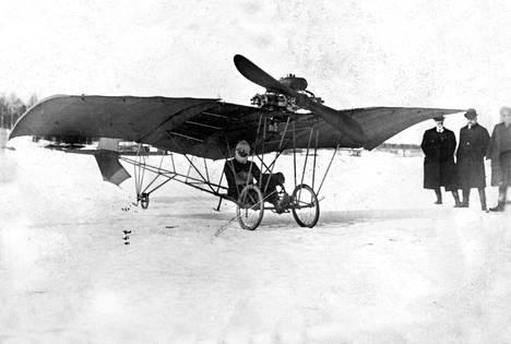 Tamperelainen kuvanveistäjä Adolf Aarno lähdössä nousuun Pyhäjärven jäältä Härmälänsaaren edustalta 20.4.1911. Aarno oli ensimmäinen suomalainen, joka yritti moottorilentokoneella ilmaan.