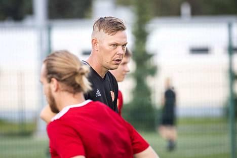 Miro Varhelahden valmentama FC Jazz pelaa lauantaina tärkeistä pisteistä, mutta paineet ovat FC Espoolla.