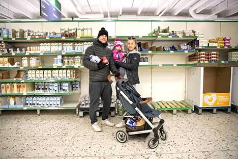 Heidi Koskisen ja Riku Valveen toisen lapsen pitäisi syntyä näinä päivinä. He olivat tyttärensä Vilda Valveen kanssa täydentämässä ruokavarastoa, jotta kotoa ei tarvitse lähteä vauvan synnyttyä mihinkään. He olisivat halunneet ostaa iskukuumennettua maitoa, mutta se oli Länsi-Porin Prismasta loppu.